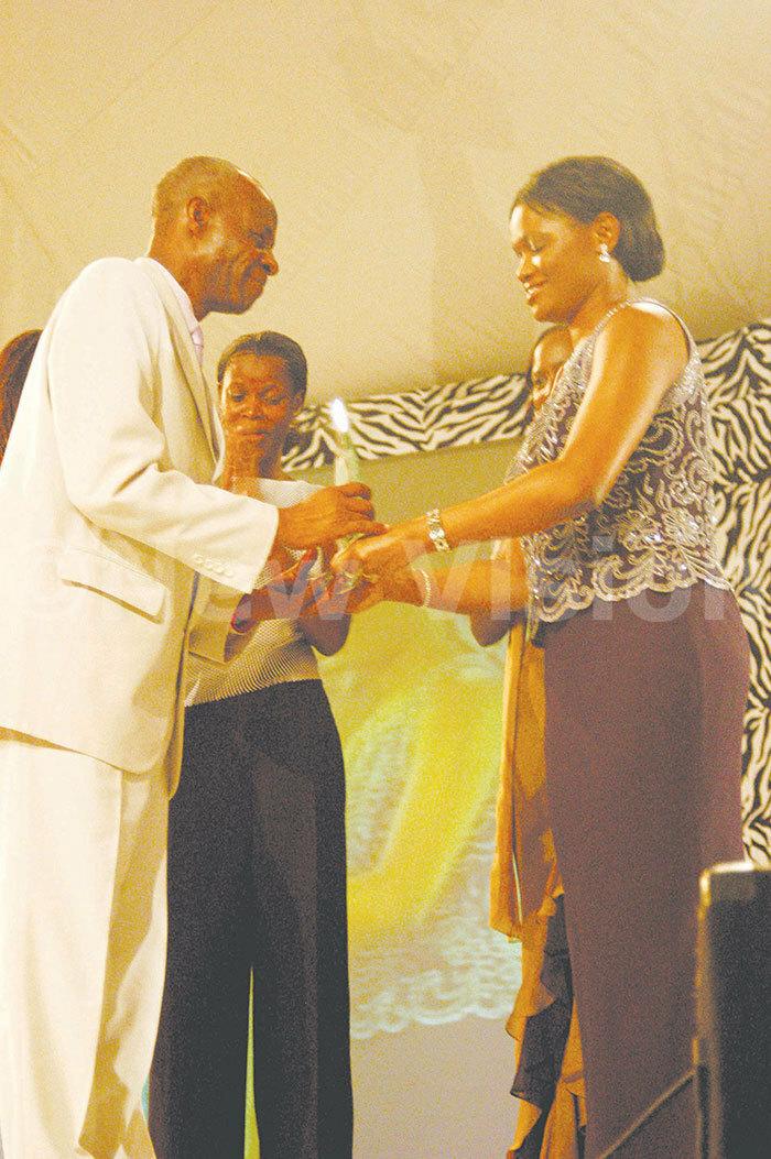 abagereka ylvia agginda presents the ifetime chievement award to lly amala 2003
