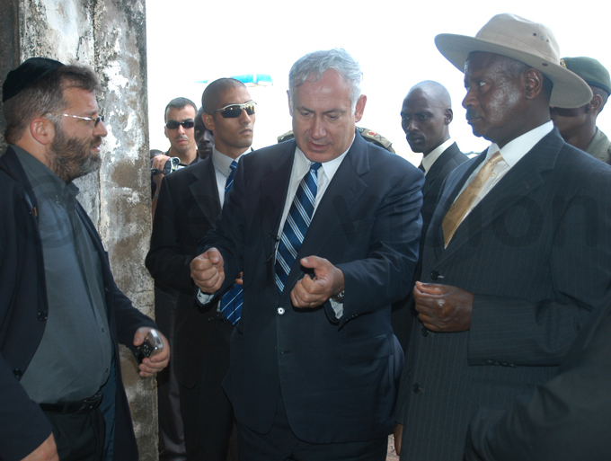 resident oweri useveni with then srael minister of finance en etanyahu at ld ntebbe irport in uly 2005 during the commemoration of the srael aid at ntebbe in 1976
