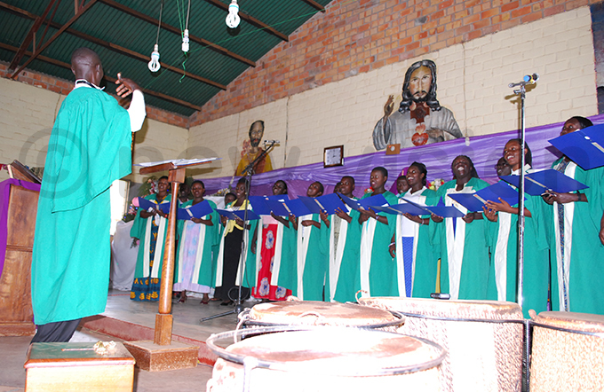 t hereza ujuni choir leads aster prayers at t oseph uhorro atholic arish in agadi district hoto y ndrew usinguzi