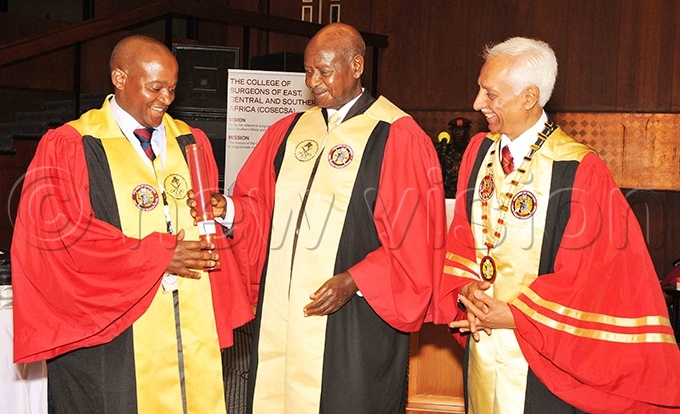 resident useveni awarding graduands alongside rof ankaj  ani the president of the ollege of urgeons of ast entral and outhern frica hoto by arim sozi