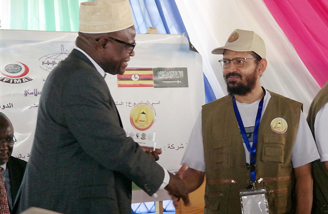 rof agid agimu receiving an ward from the president of the slamic edical ssociation of ingdom of audi rabia r amiir lmansurii during the event