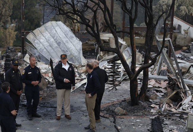 resident onald rump  surveys the damage from the oolsey fire in alibu on ovember 17 2018 hoto