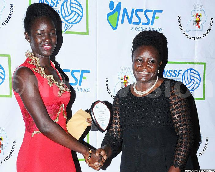 est setter women illy aker left receives  her award from adijah amanda