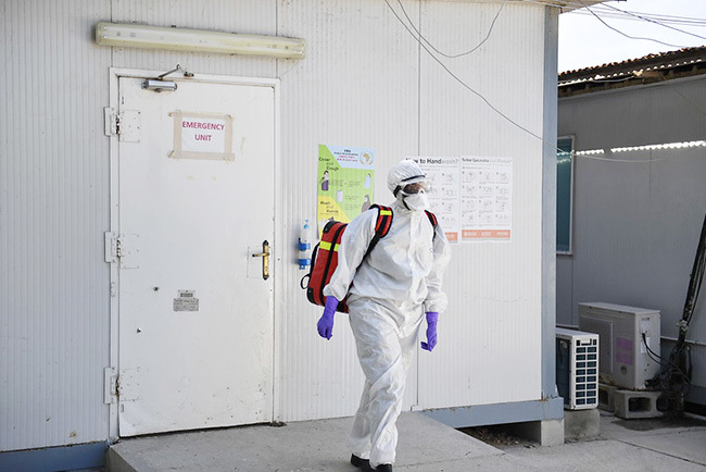 medical staff at the  evel wo ospital in ogadishu omalia walks out of the emergency ward in full protective gear on 26 pril 2020 as part of measures to respond to the ovid19 pandemic