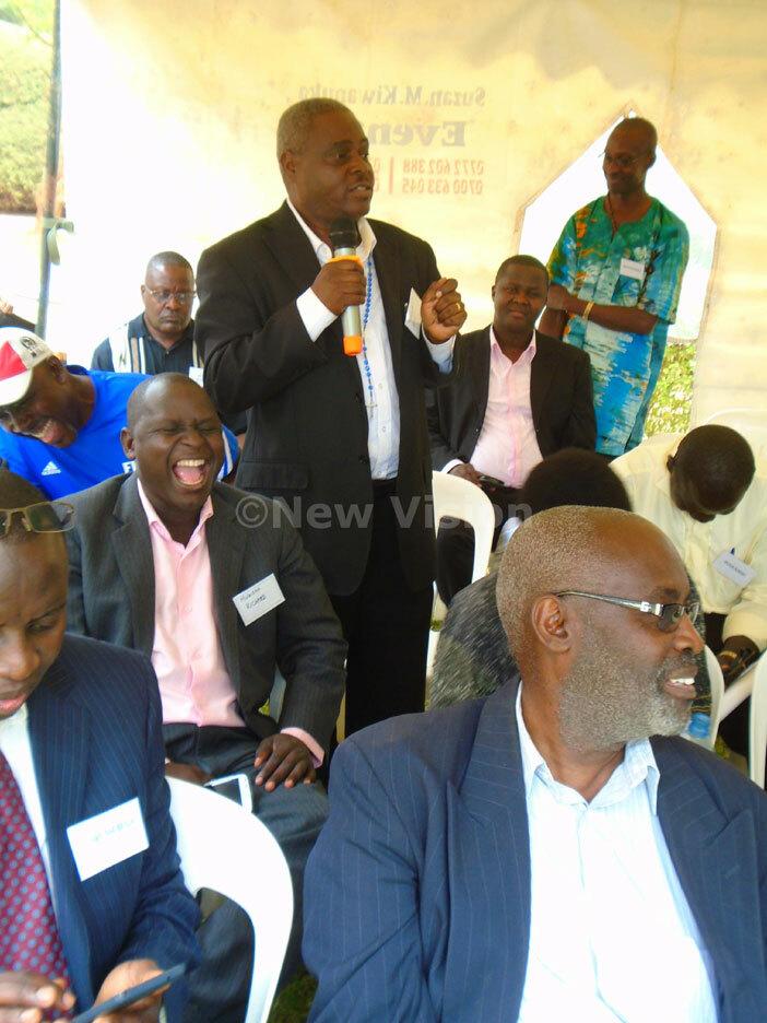 lmnus t ol ddie uwonge shares a light moment with the yenga alumni