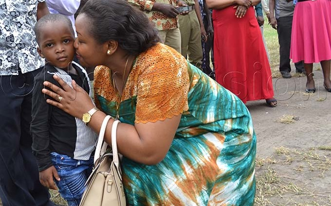 he wenzururu queen kisses a kid farewell at asese airfield before leaving asese onday ix ohn hawite