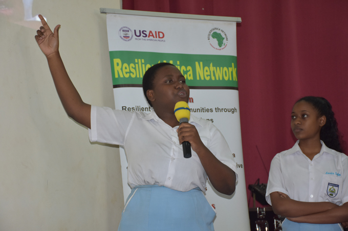 abisunsa irls students presenting during the challenge
