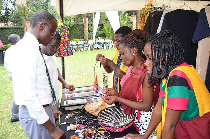tudents of amilyango ollege look at the art and crafts made by the students of ganda artyrs niversity kozi during the niversitys areer air at rotea otel on hursday