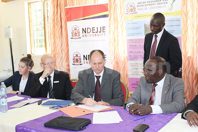 epresentatives from niversity of pplied orest sccience ottenburg ermany signing a emorandum of nderstanding on uesday