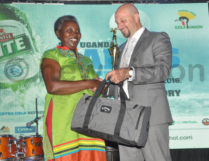 ilver category winner eniors enina asimolo receives her prizes from  vicecaptain aiz lam hoto by ichael subuga