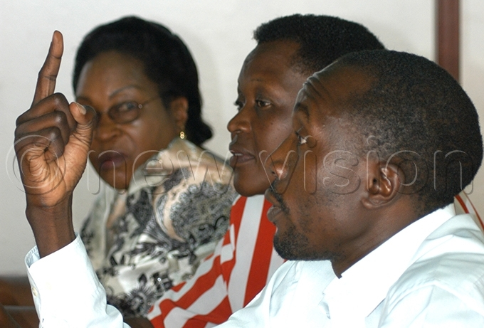 nywar centre during a eform genda press briefing in pril 2006 flanked by oyce ebugwawo and andala afabi ile hoto