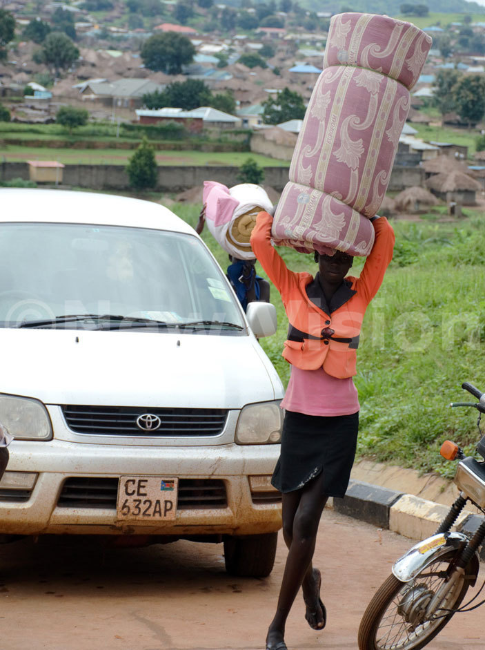 outh udanese girl carrying a mattress arrives at raba border post in oboko district on riday