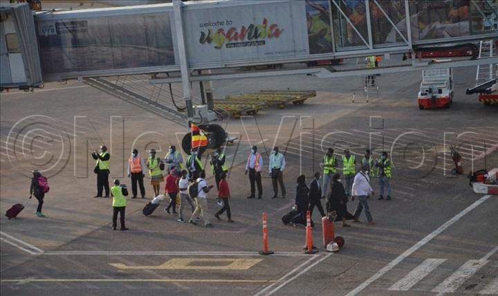 Ugandans returning from Sudan being received at Entebbe on Monday. (Credit: Julius Luwemba)