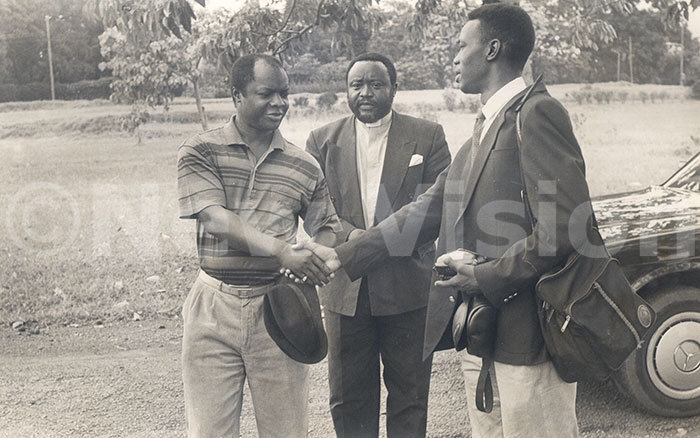sabataka onald utebi  shakes hands with waibu anendeya a  reporter befor flying to asr oyo to tour refugee camps 190393
