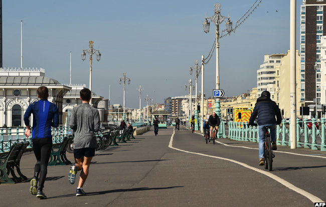 eople exercise along the promenade on the sea front in righton southern ngland