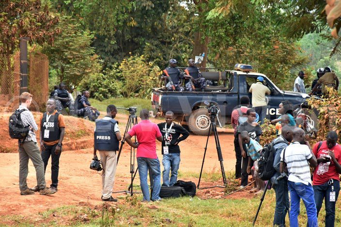 ocal and nternational journalists wait after they were blocked from accessing the residence of  ppositions r izza esigye of  on aturday 20 ebruary 2016 as gandans awaited the final annoucement of residential results his was in asangatihoto by oderick himbazwe oderick himbazwe