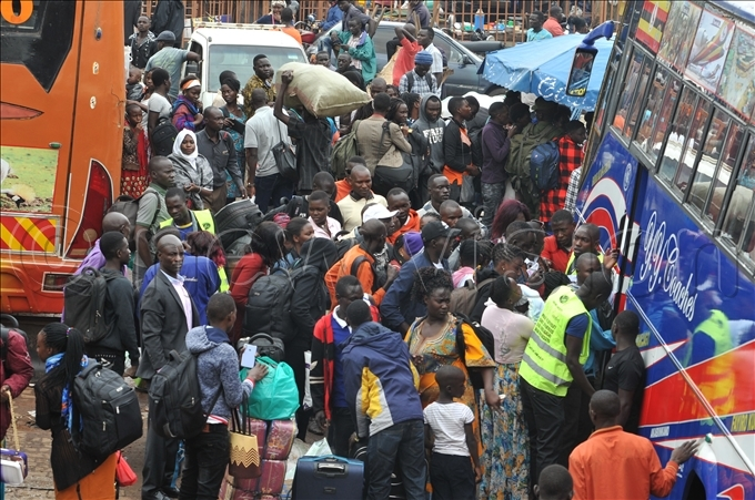eople intending to travel upcountry had to contend with lengthy queues hoto by lfred chwo
