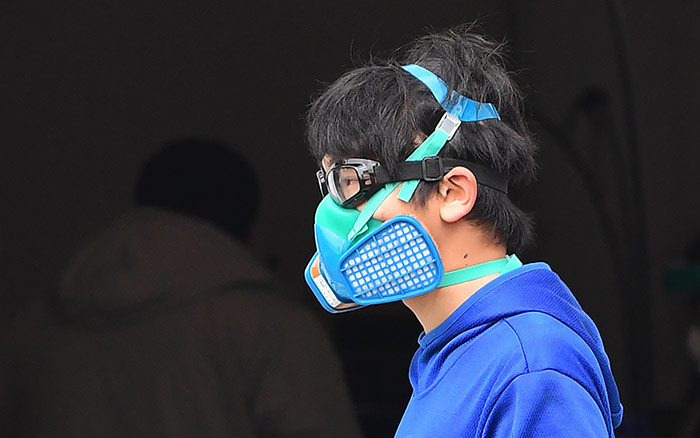 pedestrian wears a facemask on arch 24 2020 in onterey ark alifornia as os ngeles county increases coronavirus testing capacity  n alifornia already under orders to stay home because of the coronavirus outbreak overnor avin ewsom tightened the lockdown to shut parking lots at beaches and parks after tens of thousands flouted social distancing rules hoto by rederic