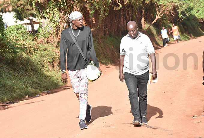 oxer iwanuka hafik takes a stroll with ew isions ames akama hoto by ohnson ere