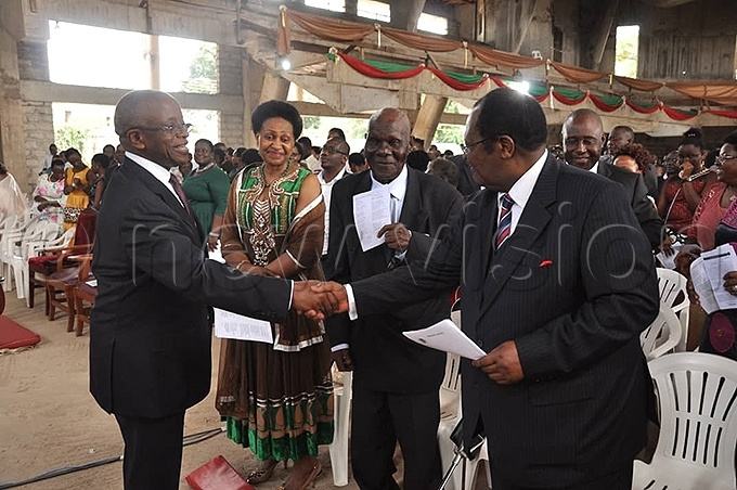 ormer rime inister mama babazi greets former hief ustice enjamin doki hoto by uliet asirye