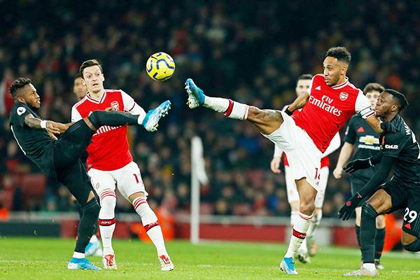 rsenals abonese striker ierremerick ubameyang 2nd  vies with anchester niteds razilian midfielder red