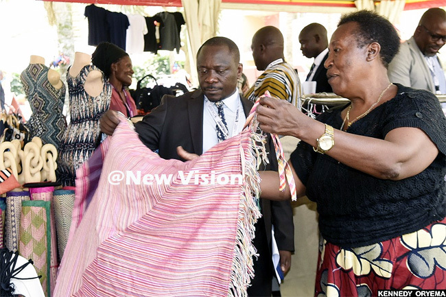 arliament ommissioner rancis wijukye admires a cloth