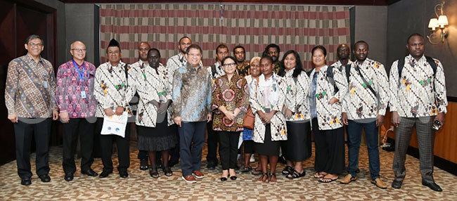 ndonesias government officials led by foreign affairs minister etno arsudi in specs pose for a photo with journalists from frica and the acific after the breakfast meeting recently at otel orobudur in akarta ndonesia hotos by maru ashaka