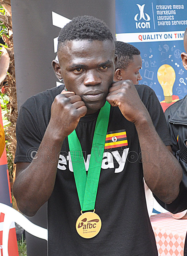 uzamir akande poses with his gold medal hoto by ichael subuga