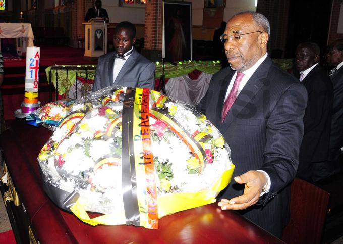rime inister r uhakana ugunda lays a wreath on atatumbas casket hoto by ddie sejjoba