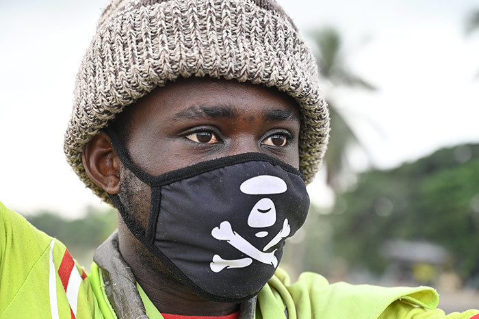 man wearing a face mask as a preventive measure against the spread of the 19 coronavirus directs traffic on a road in bobo in the suburbs of bidjan on arch 21 2020  vory oast and urkina aso announced on riday evening that they were closing their borders to combat the coronavirus epidemic hoto by