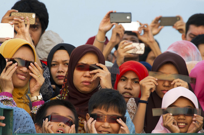 cehnese people watch the total solar eclipse in anda ceh on arch 9 2016