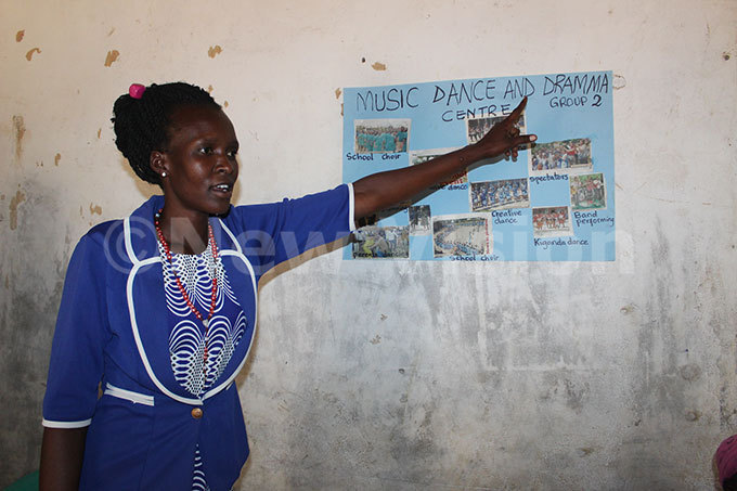 oyce ahoe an  facilitator demonstrates how a newspaper can be used as teaching material hoto by eoffrey utegeki