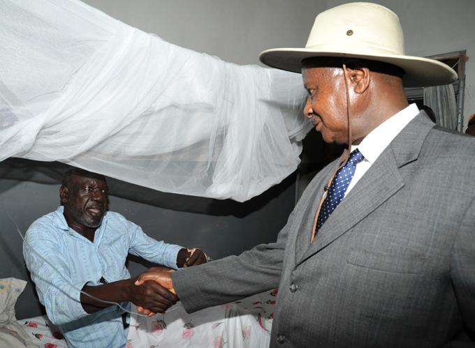 resident oweri useveni visiting molo in oroti ospital in ovember 2011  hoto