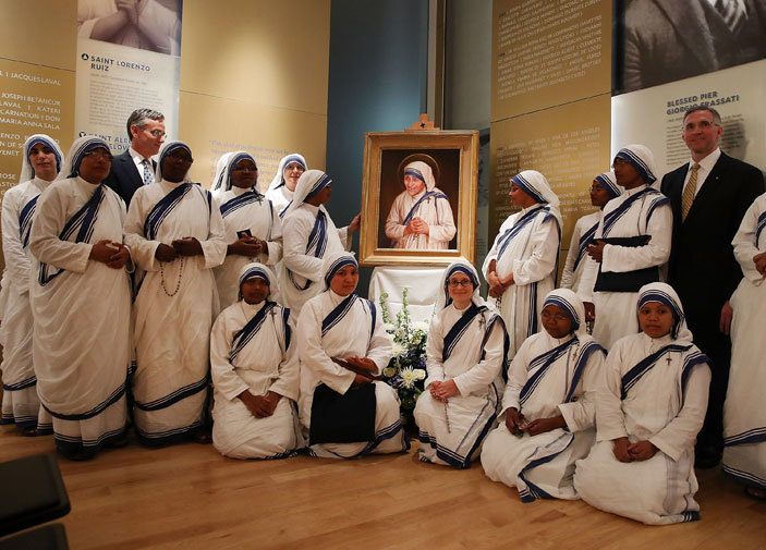 isters of the issionaries of harity gather in front of the official canonization portrait of other eresa along with artist has agan  during a portrait unveiling ceremony at he aint ohn aul  ational hrine eptember 1 2016 in ashington  ark ilsonetty mages