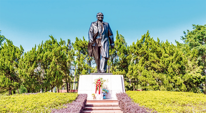 statue of eng iaoping the founder of hinas reform and opening up at ianhuashan ark in shenzhen hina