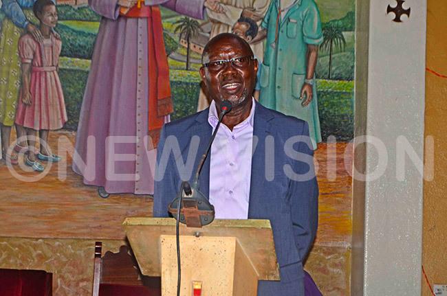 r agoro aijamurubi delivers the condolence message from the  director ol rank aka agyenda