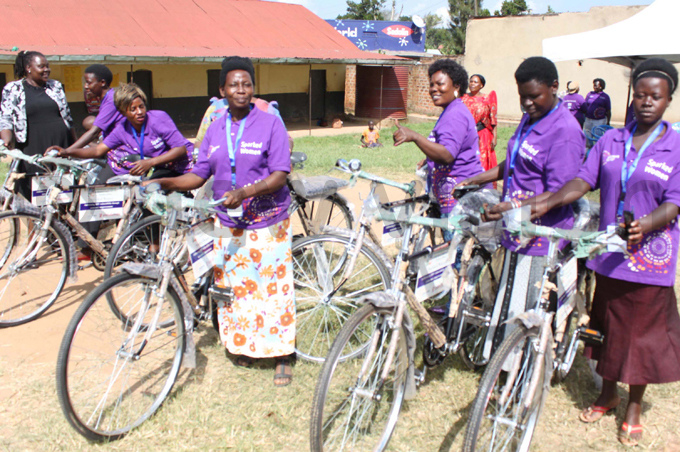 donates bicycles to mobilizers in alangala ub ounty in ityana who help in supervising trainees hoto by lvis asudde