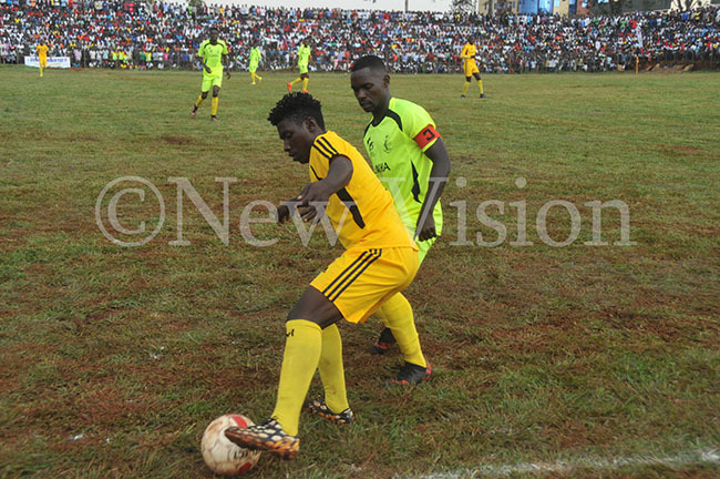 igulu s ilber ikupe left protects the ball from unha s alimu unubi in the final at akindu
