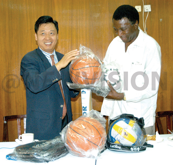 hinese ambassador to ganda i iangmin  presents sports equipment to  president rancis yangweso he donation of 30 boxes of various sports equipment was meant for use as the gandan players prepare for the 2004 lympics in thens ecember 18 2003