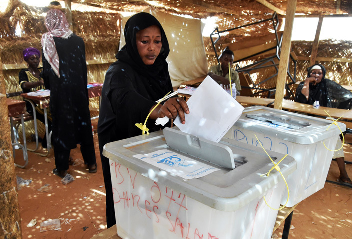 woman casts her vote at a polling station in iamey during the countrys presidential and legislative elections on ebruary 21 2016