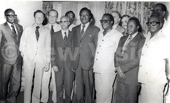 he chairman of the ilitary ommission aulo uwanga 3rd from right posed for a group photo with the commonwealth observers group for the ganda elections 1980