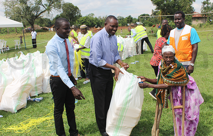 utaleja resident district commissioner immy bil segawa handing over relief items to a beneficiary hoto by eorge ita