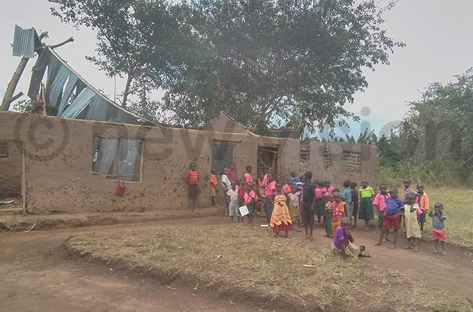 hildren outside a classroom block that was damaged in the storm hoto by smael asooha