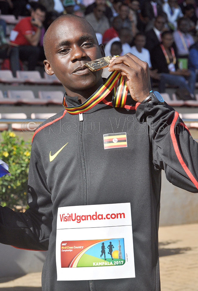 iplimo poses with his orld ross ountry medal in ampala 2017