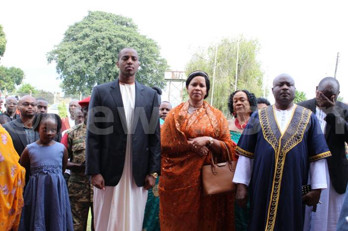 ing yo yimba abamba guru ukidi  and ueen mother est emigisa arrive at church