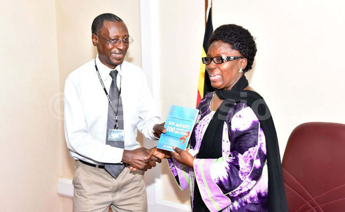 r atiti tephen presenting the books he wrote about  to t on ebecca adaga the peaker of arliament