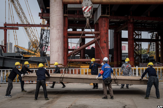 mployees work at a construction site of a bridge in uhan in hinas central ubei province on uesday