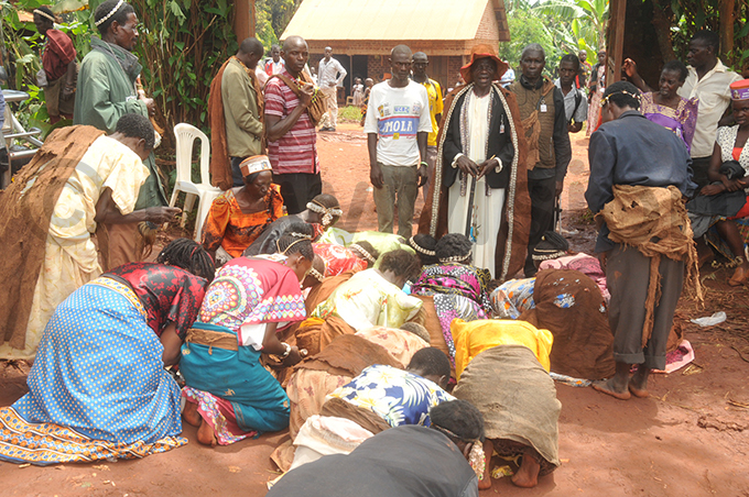 baswezi bowing down to welcome bala wase centre with hat during the burial ceremony hoto by onald iirya
