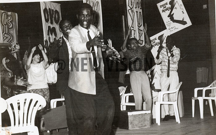 ernard irungi leads dancers as cheen left claps in in unison in lex ukulus xcuse e uzungu at the ational heatre
