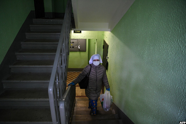 urse vanna anshchikova 51 arrives to visit a patient at home in oscow on ay 16 amid the 19 outbreak